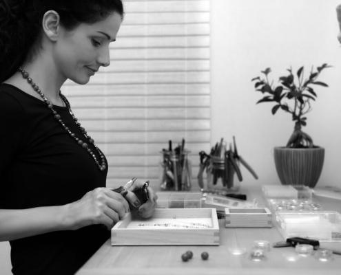 Portrait von Carla dos Santos in ihrer Werkstatt
